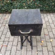 Alte Holzkiste, Koffer, Beistelltisch mit Metallgestell (Shabby-chic)