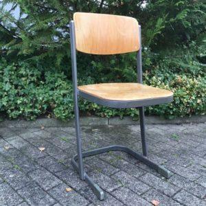 Alter Holzstuhl mit Metallgestell (Vintage)